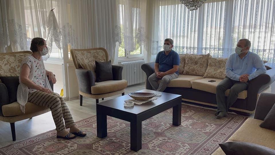 Bir 1 kişi, mobilya ve oturma odası görseli olabilir